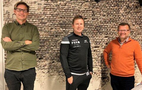 PÅ BESØK: Jostein Grindhaug (i midten) er ukens gjest hos Terje Flateby (t.v.) og Odd Kåre Grøttland i Frelst.