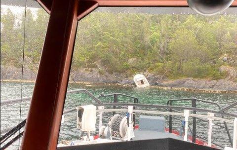 PÅ LAND: Båten lå godt opp på berget på Austra Kalløya i Førdespollen.