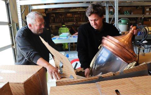 KARTONGER: De kostbare lampene er ankommet kommunens lagerhaller på Årabrot. Driftsleder Lars Einar «Lassa» Tønnesen (t.v.) og parksjef Vegard Forberg pakker opp.
