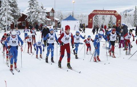 MESTERSKAP: Bildet er fra Helgelandsmesterskapet på Sjåmoen sist vinter med fellesstart gutter 13 og 14 år. I slutten av januar skal MIL Ski arrangere KM og ønsker å få med seg KM i hopp og kombinert i tillegg.  FOTO: PER VIKAN