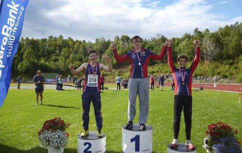 TRIPPEL: Hattfjelldal fikk mange gode plasseringer i Sparebank1-lekene. Her er Atle Skundberg, Lars-Thomas Sparrok Larsen (t.v.) og Sondre Mjølkarlid på pallen på 100m G15. På 400m ble det også trippel med Lars-Thomas på topp foran Vegard Steinbakken og Sondre på 3. plass.