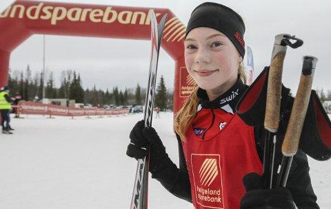 NNM-GULL: Tidligere i vinter ble Hanna Bjørnli kretsmester på Sjåmoen. Fredag vant hun nordnorsken, og var skikkelig overrasket og glad. Her er hun på blomsterseremoni med de tre beste, toer Borghild Skjellberg, Nordreisa (t.v.) og Nora Mikkelsen, Medkila Skilag (t.h.)