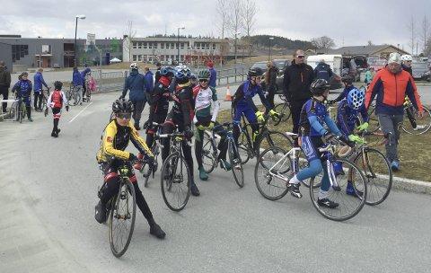 SESONGÅPNING: Black Design er et tradisjonelt sykkelritt i Levanger. Martin Solhaug Hansen (t.v.) var en av deltakerne fra MOC, og fra SOCK var det mange deltakere i rekruttklassene.  FOTO: PRIVAT