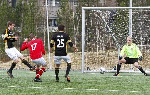 5-1: Første kamp på Vegset stadion endte med en enkel hjemmeseier. Her scorer Sander Bekkevold til 2-0. FOTO: PER VIKAN