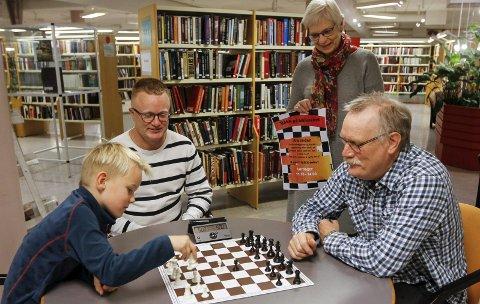 UNG OG GAMMEL: Sjakk er for alle. Nå kommer en ny aktivitet i biblioteket i Mosjøen med sjakk på lørdager. Torger Nilsen fra sjakklubben sammen med Leo Gullhav Hoff (7) og pappa Rune. Biblioteksjef Irene Bergsnev er glad for en ekstra aktivitet.  Foto: Per Vikan