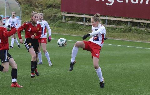 OVERTAK: Halsøy-jentene hadde overtaket i store deler av kampen, men de klarte bare å score en gang. Det var nok til å hente finalebilletten, og det blir det ny kamp om fjorten dager på Sagbakken. Foto: Stian Forland