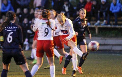 SKUDD: Rine-Lovise Nikolaisen fyrer løs i kampen mor Rana FK. Det ble ikke mål på henne i denne kampen, men hun scorer ofte.