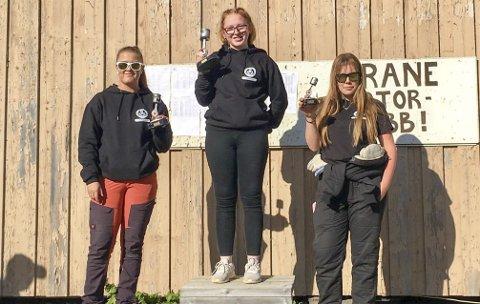 PÅ PALLEN: Det var tre kjørere fra arrangørklubben som klatret opp på pallen lørdag. Fra venstre Hege Moheim, Ellen Sæteren og Marie Skundberg. Alle fra NMK Grane.  Foto: Susann Tangen