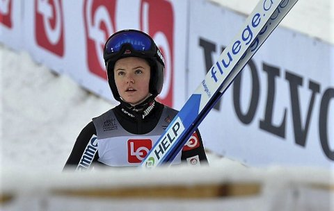 KUN ETT RENN: Eirin Maria Kvandal og de andre hoppjentene får bare ett verdenscuprenn i helga. Etterpå er det pause til langt utpå nyåret, og det liker hun ikke. – Gutta får erstatningsrenn for avlyste konkurranser, men vi får det ikke, sier hun.