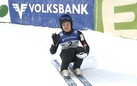 TAPPERT: Et tappert smil fra Eirin Maria Kvandal etter første omgang i verdenscupåpningen. Hun hoppet 78 meter og fikk ikke delta i finaleomgangen.  FOTO: Skjermdump fra NRK