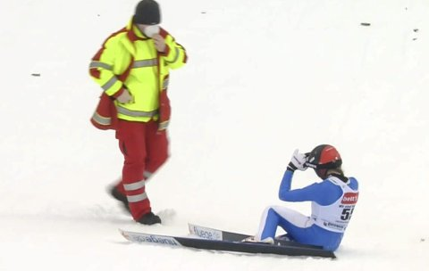 FALL: Eirin Maria Kvandal hoppet lengst av alle i finaleomgangen i Titisee-Neustadt i verdenscupen, men falt. Foto: Skjermdump NRK