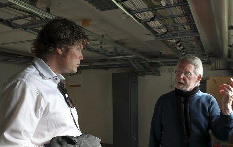 MANGE MULIGHETER: Morien Rees er rådgiver for museumsutvikling i Varanger, og ser mange muligheter i NRK-bygget. Her forteller han departementets utsending om tankene om en ny inngang til kjelleren.