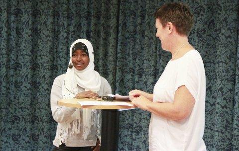 LIKE MULIGHETER: Familien til Hosnija Mahdi Hassan (14) er fra Etiopia, men selv har hun levd det meste av livet sitt som flyktning i Jemen. De siste tre årene har hun bodd i Vadsø, og nå gleder hun seg over at jenter og gutter får like muligheter, både innen utdanning og idrett. Her sammen med Lise Aanesen, som er prosjektleder for Vadsø Turns prosjekt «Fargerik idrett».