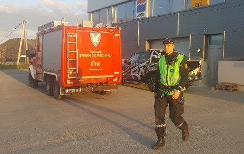 SØKER: Politiet er på plass i Hasvik.