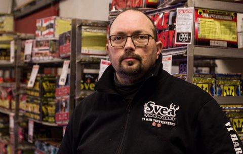 GODT SALG: Arve Wandsvik forteller at salget av fyrverkeri har gått bra de siste to dagene, og har tror endringer i været kan være årsaken til det.