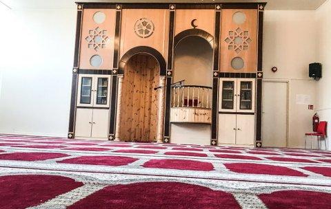 MOSKEEN I HAMMERFEST:  Innsiden av samlingsplassen. Mellom 50-til 70 personer samlet seg til bønn i mars da terroren rammet i New Zealand. .