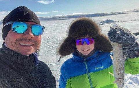 FISKELYKKE: Lørdag nyter hyttemegler Inge Bock og sønnen Isak, sol og isfiske på Sennaland, med sin egen hytte som venter på Skaidi.