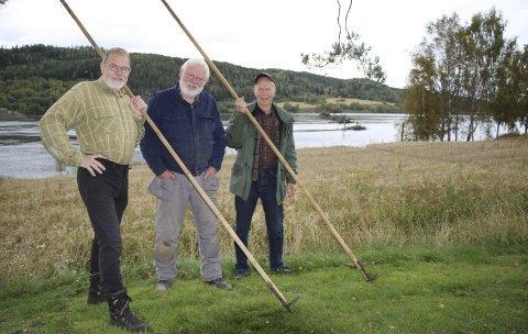 ARBEIDSLAG: Nils U. Hagen (t.v.) er leder for utegruppa, Helge Njaa er prosjektleder og Morten Svendsen arbeidsformann. Trioen gjør en viktig innsats for å få reparert et 100 år gammelt lensekar. I bakgrunnen ses «stengerekka» med ti såkalte «rierkar» og nærmest står det som nå demonteres og etter hvert skal framstå som nytt.Foto: Torill Funderud