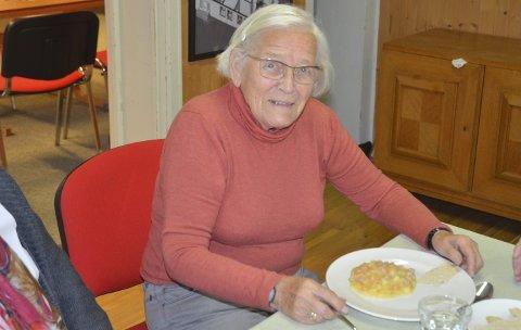 APPETITT PÅ LIVET: Klara Borstad er en vital 95-åring. Her fotografert idet middagen ved hennes faste tilhold på fredagene, Aurskog eldresenter på Aur prestegård, blir inntatt. FOTO: ROGER ØDEGÅRD
