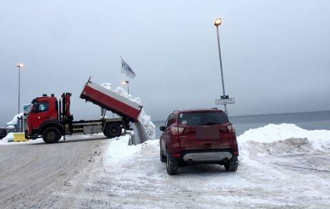 RETT I SJØEN: Slik kvitter kommunen seg med snøen fra parkeringsplassen på Krana. Også private lastebiler er observert på samme oppdrag.
