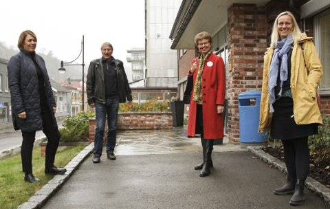 PÅ BESØK: (Fra v.) Line Mobråthen Rygh og Toralf Cock fikk besøk av holmestrandinger og fylkespolitikere Kathrine Kleveland (Sp) og Mette Kalve (Ap). FOTO: LARS IVAR HORDNES