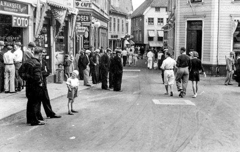 Sommeren 1939: Noen sommergjester kommer lett slentrende gjennom gatene. De ble gjenstand for skeptiske blikk. En slik hendelse kunne fort havne i lokalavisa.