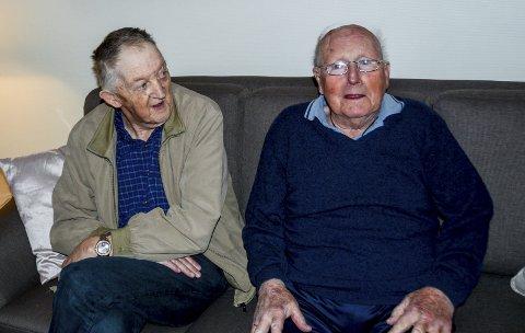 Einar Hulløen (t.v.) sitter sammen med Harald Aagetveit. De venter på å bli servert.