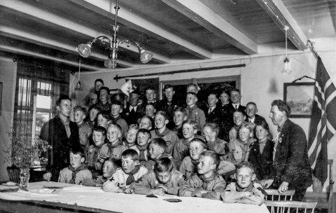 Speidermøte i Kringsjågården 1934: Det finnes svært få fotografier som er tatt inne i Kringsjågården, som sto på Jens Lauersøns plass. Fotografiet er det Knut With som har og han er selv med på bildet. For å nevne noen på bildet, så sitter i første rekke fra venstre Steinar Thomassen, Alfred Lindgren, Egil Eriksen, Rino Harveg, Knut With og Øyvind Andersen. Mannen som står til venstre er speiderleder Erik Johan Krafft og til høyre fotograf Samuel Stavdahl. Andre på bildet er blant andre Robert Hagen og Odd Jørgensen.