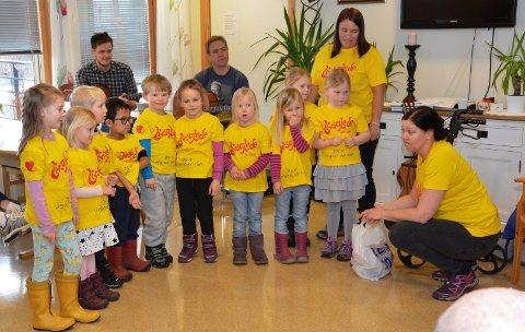 LYTTET: Beboerne på Marienlyst lyttet til barnesangen. Fra venstre: Marta, Cornelia, Vetle, Kaleb, Jonas, Maja, Melina, Emely, Emilie og Live. De voksne er Kathrine Gullerud Olsen og Irene Hegland.