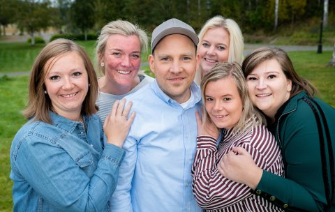 MED FRIERNE: Her er Vegar Valbø sammen med alle frierne. Til slutt var det Katrine Fjelldalselv (til høyre for Valbø) som trakk det lengste strået.