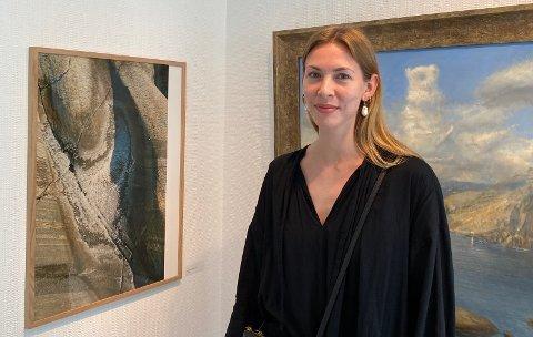 UTSTILLER: Thea Løvstad ved siden av ett av bildene hennes. Foto: Sarah Dürlinger