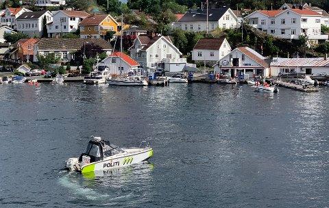 Politibåten avbildet ved Øya sommeren 2020. Bildet er brukt som en illustrasjon.