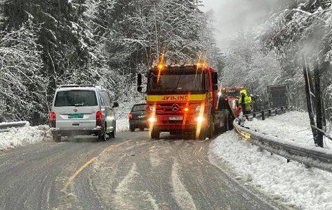 REDNINGSBIL: Bilberger fra Sannidal Bilverksted AS hentet en bil med synlige skader i nærheten av Gjerdemyra torsdag morgen.