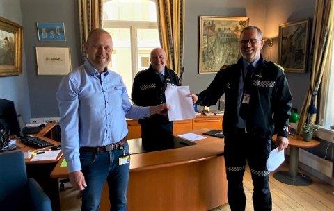 ENIGHET OM SAMARBEID: F.v.: Kragerø-ordfører Grunde Wegar Knudsen (Sp), politistasjonssjef Øystein Skottmyr og leder for geografisk driftsenhet Telemark, Dag Størksen.