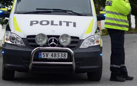 Ein ung mann blir meldt for urinering på uniformert politibil.