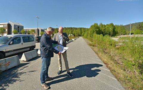 STORE PLANER: Øyvind Holm i Kongsberg tomteselskap og Geir  Øystein Andersen i Kongsberg Kommunale Eiendom (KKE) presenterte planene for Edvardsløkka i mai i år.
