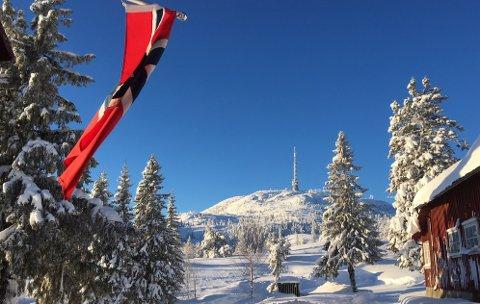 KNALLVÆR: Bildet viser Knutetårnet sett fra Knutehytta. Mange tok turen ut i løypene lørdag.