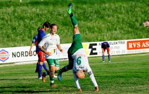 AKROBATISK: Hichem Bekkaoui feirer på akrobatisk vis etter sin 3-0-scoring. Til venstre er Kim Vesterheim Berntzen