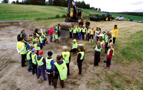 EKSTRATIME: Elever ved Berg skole fikk ekstraundervisning da det ble gjort et arkeologisk funn et steinkast unna.