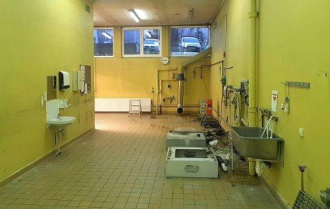Dette bildet tok sykehuset selv etter at de hadde ryddet ut mye av utstyret i vaskeriet. Se på neste bilde hvordan det har blitt.