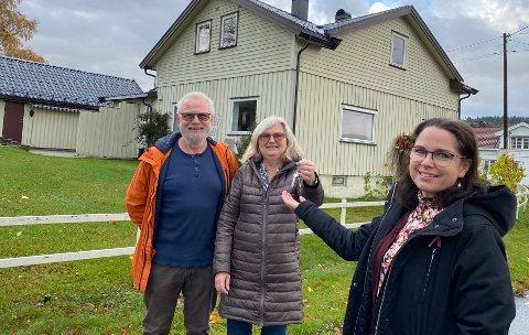 FLYTTA UT: Ivar og Gro Becher ga husnøklene til administrasjonsleder Katarina Ballari i Eidos Eiendomsutvikling AS.