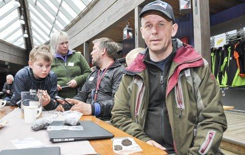 LETER:  Leder Tor-Ketil Krokmyrdal fra Sortland. På bordet bak i ivrig diskusjon, Mellet Breivik, Cathrine Breivik, Kyrre Pettersen i i skjul bak Krokmyrdal, Isak Pettersen. Foto: Lise Fagerbakk
