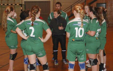 Skuffet: Trener i Blest IL håndball, Lill-Sonja Eilertsen (i sort i midten) mener det bør åpnes for seriespill i regioner med lite smitte.