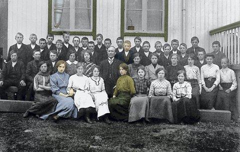 Konfirmanter og prest på Reine i 1912. Samtlige navn er arkivert.