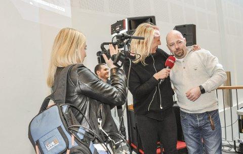 4. mai: Her stormer VG inn med en mengde folk, og kan gi den gledelige beskjeden om at VG-lista kommer til Leknes. Tor Olav Eidem blir intervjuet.