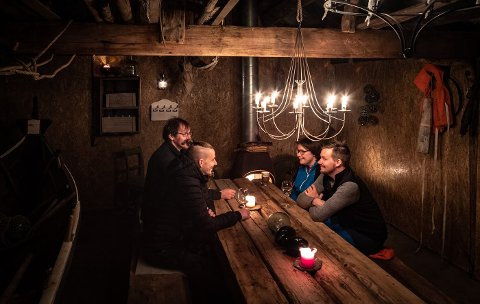 I puben: Roy-Inge Eilertsen (t.v) sammen med kona og medeier Anne Hanssen, og ansatte Tord Søderlund og Morten Liell i Sofus-Nauset PUB.