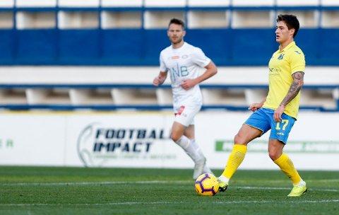 FK Rostov Mathias Antonsen Normann i treningskampen i fotball mellom Vålerenga og FC Rostov på Marbella Football Center. Vålerengas Matthias Vilhjamsson (i bakgrunnen)