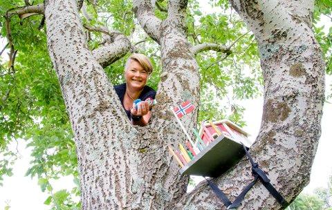 VILLA CACHEKULLA: Lisa Lennertsen har tatt 5000 cacher på de fem årene hun har drevet med geocaching.  Hjemme i hagen på Ramberg blir fuglehus-cachen deres flittig besøkt av geocachere fra rundt om i verden.