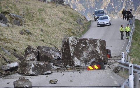 SKAL RASSIKRES: Regjeringen foreslår 1,2 milliarder kroner til rassikring i Vest-Lofoten. Bildet er av steinras på E10 i Bø i Flakstad. Foto: Kai Nikolaisen