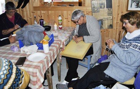 Handarbeid: Det er god stemning rundt bordet. Fra venstre Anita Tilrum, Karin Neegaard og Tove Angelsen, med vært sitt handarbeide. Alle foto: Kathrine Jusnes